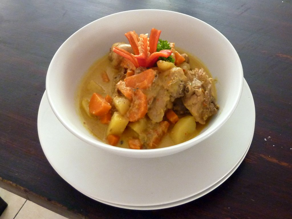 opor ayam, pollo al curry