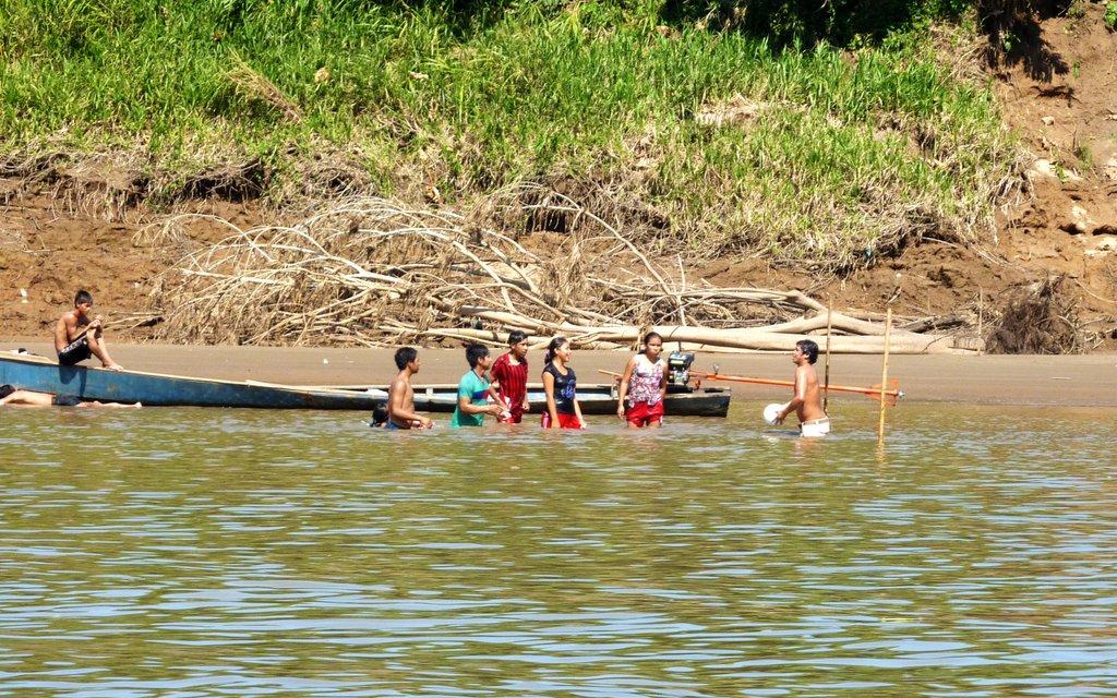 I bambini locali giocano nel fiume