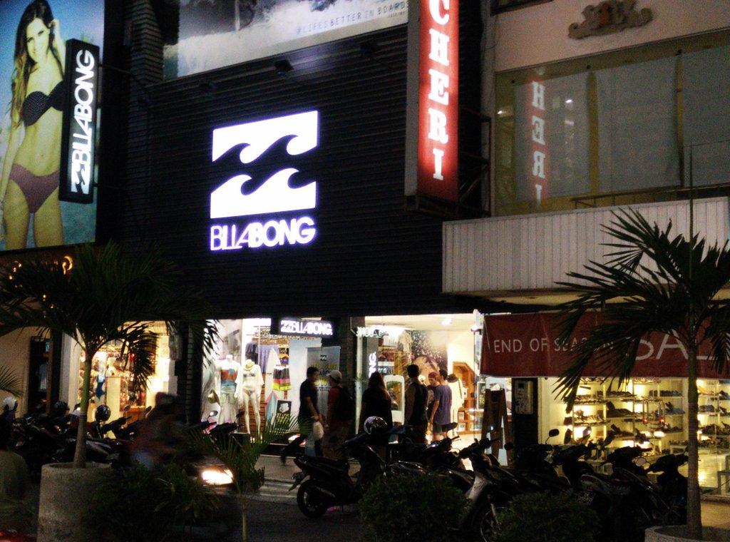 le vie di Kuta, piene di negozi