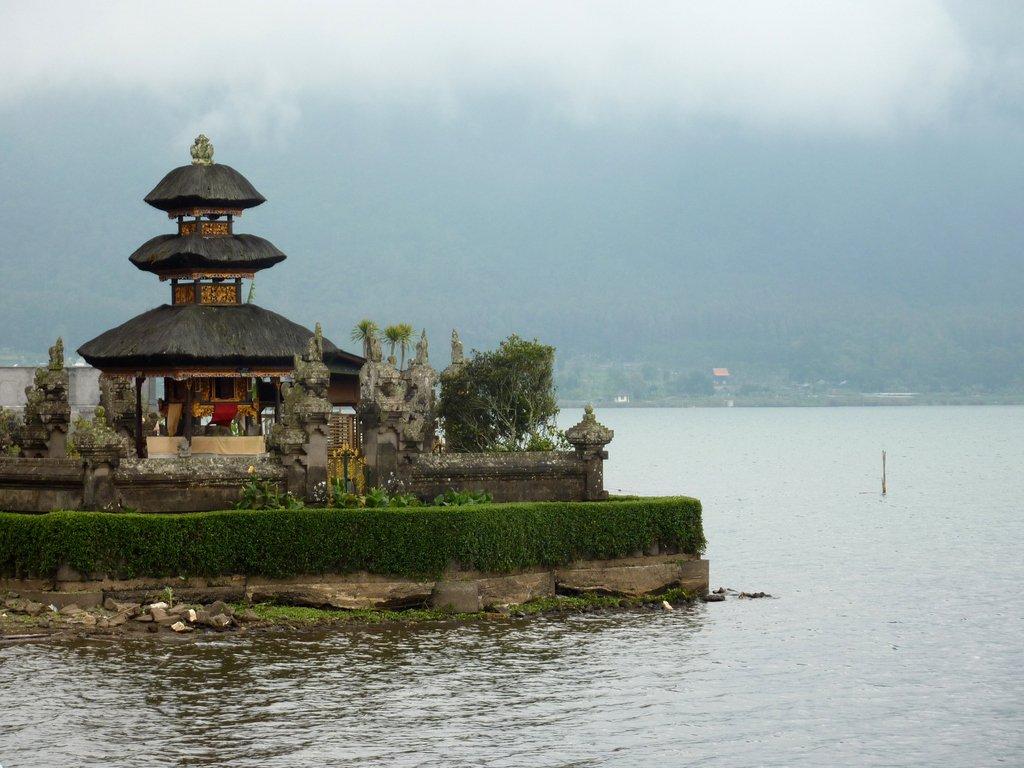 Il Pura Ulun Danu Bratan galleggia sulle acque