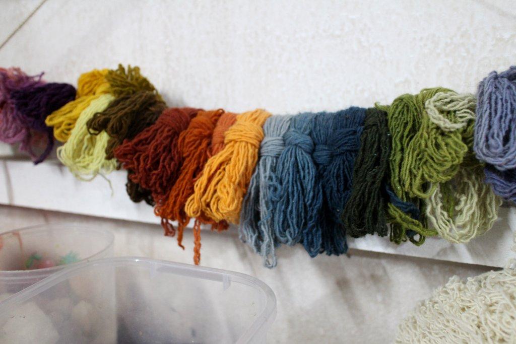 tintura della lana in un laboratorio tessile