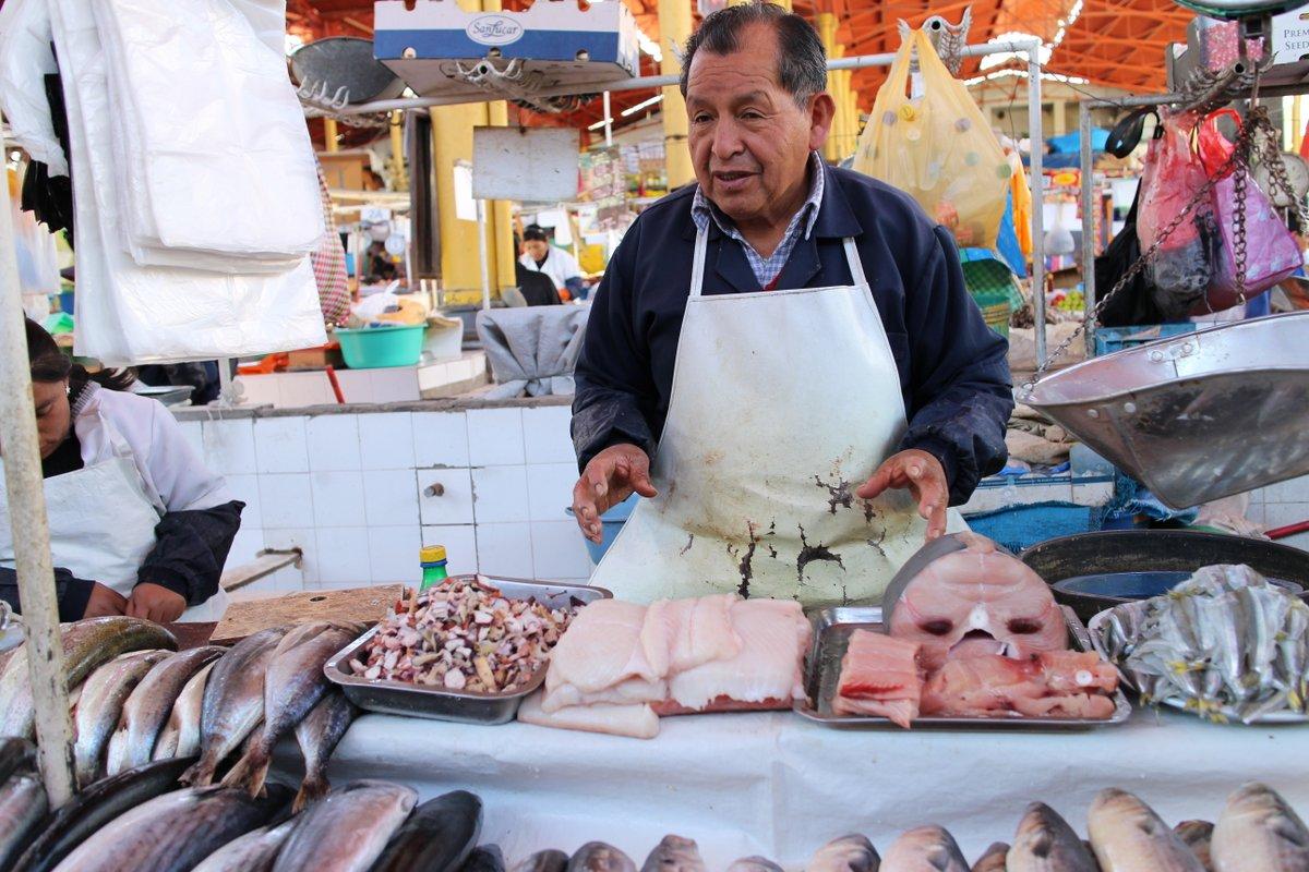 mercato coperto di san camilo: pescivendolo