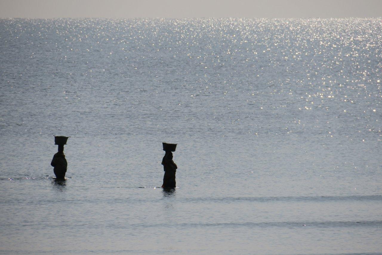 cosa vedere a bagamoyo: donne sulla spiaggia