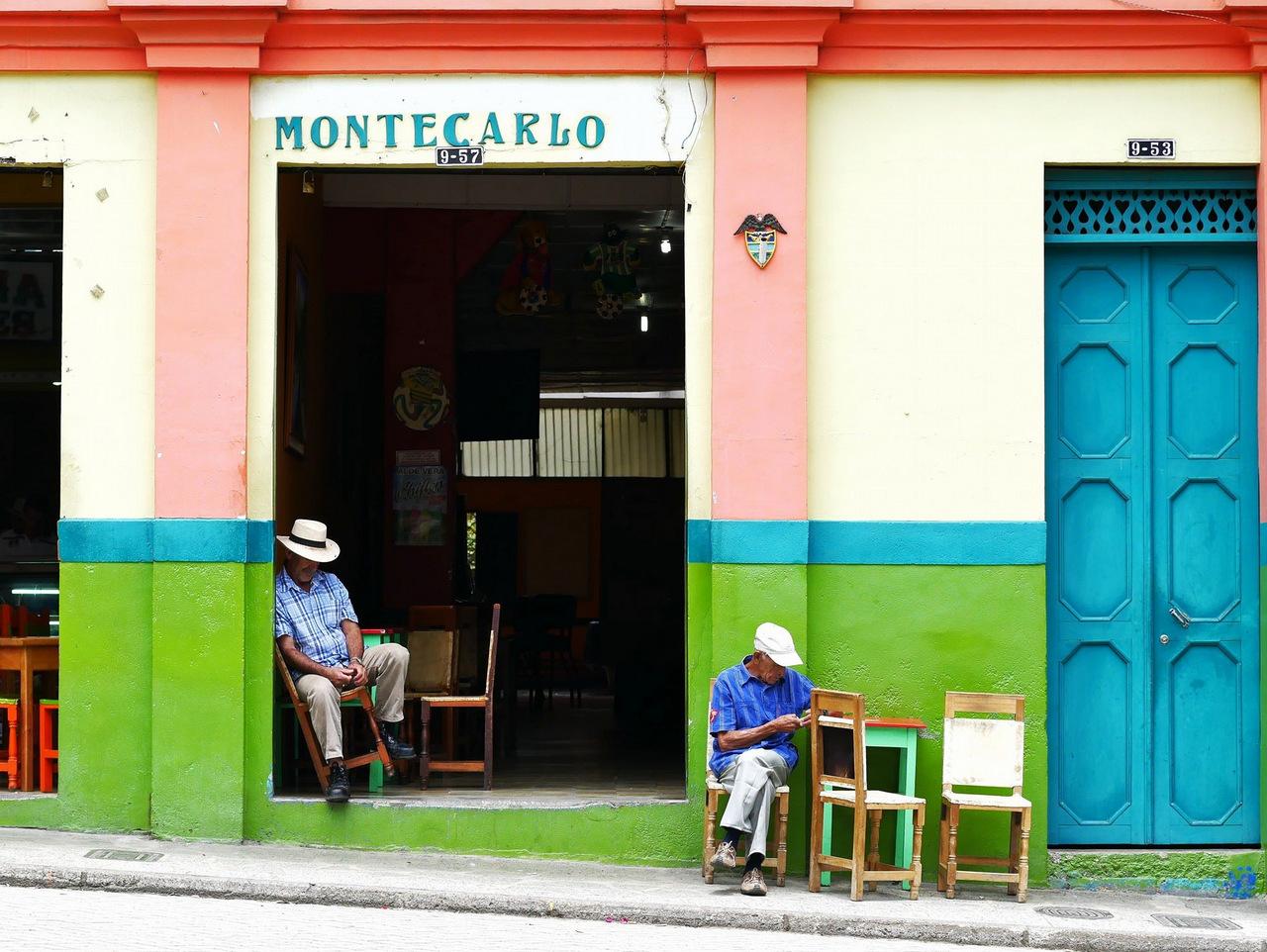 itinerario di tre settimane in colombia: I bar sulla piazza di Jardin