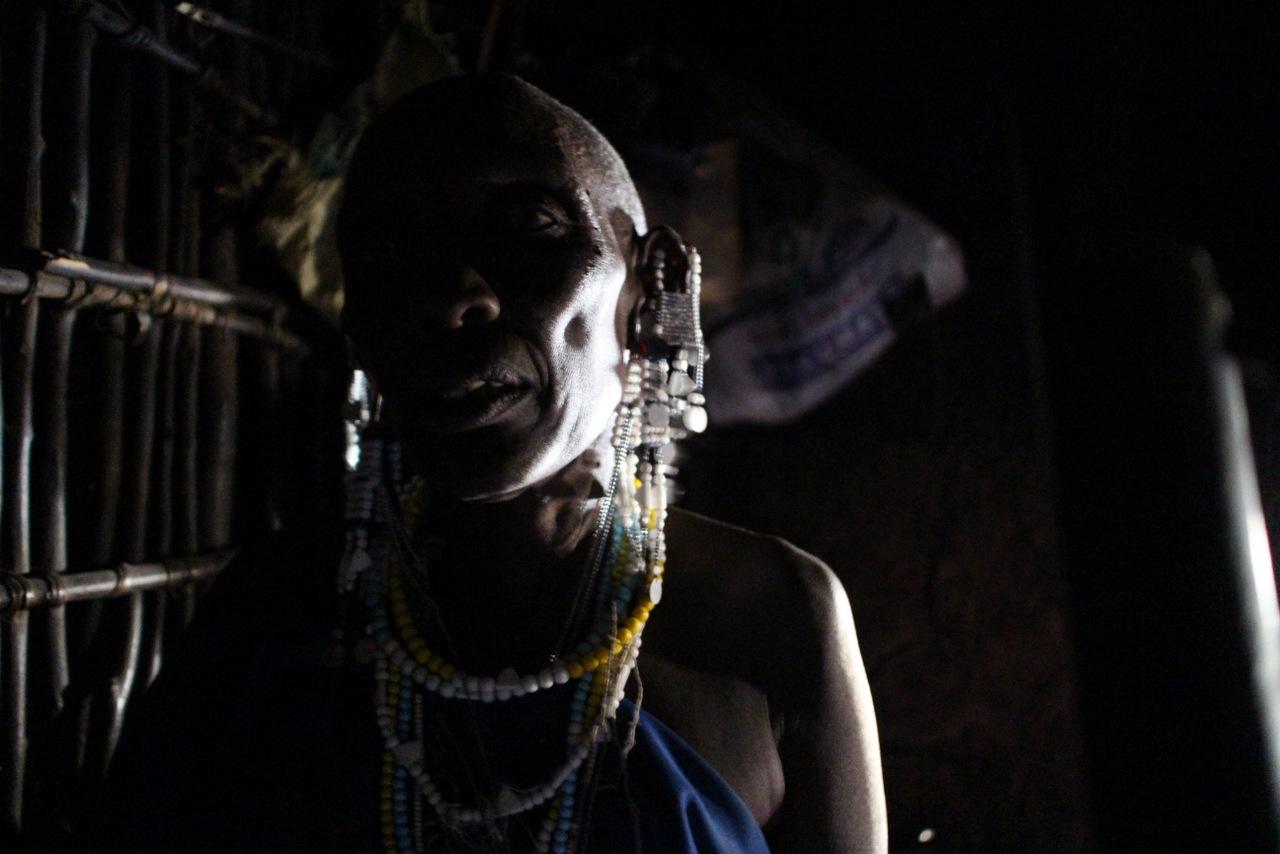 lago natron tanzania: interno della casa con donna masai