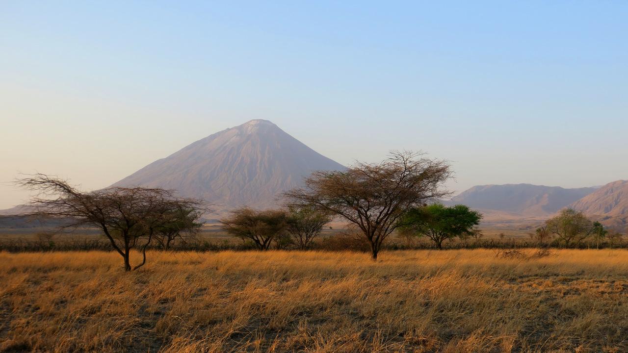 lago natron tanzania: la vista del vulcano dal campeggio