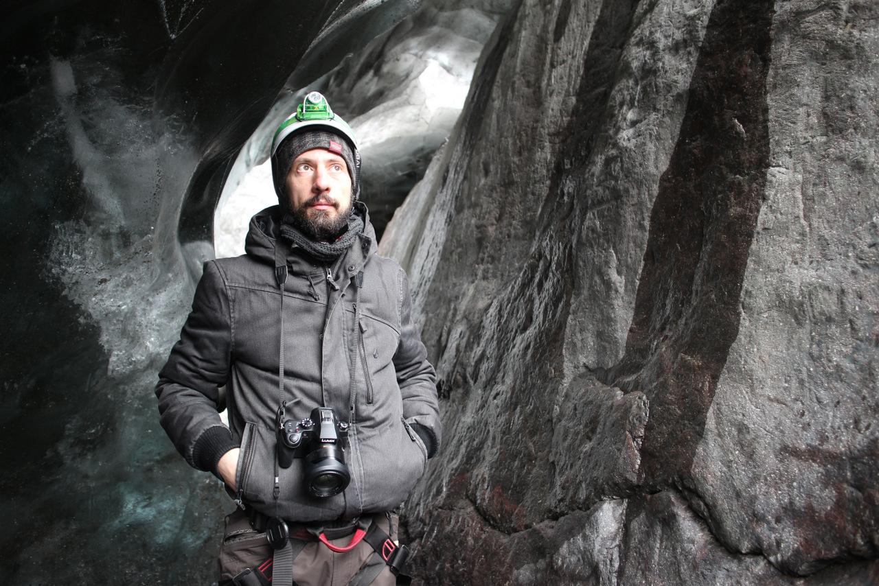 islanda in inverno low cost: marco pronto a scendere nella grotta di ghiaccio