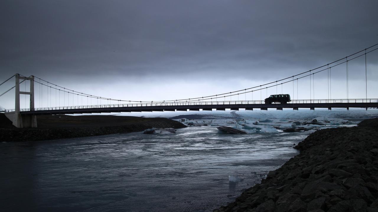 laguna di jokulsarlon: il ponte sullo sbocco in mare