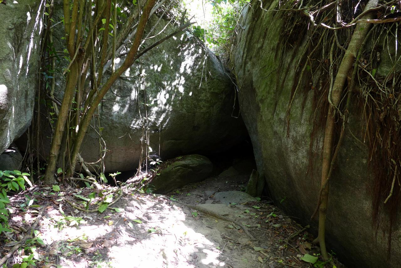pueblito-escursione-colombia: sentiero con massi