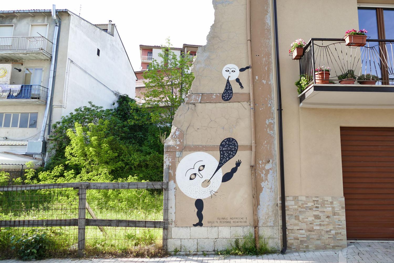 Street Art a Santa Croce di Magliano: I proverbi di Guerrilla Spam: Tu parlə ngifrəchə e quillə tə rəspónnə ngiafrəchə