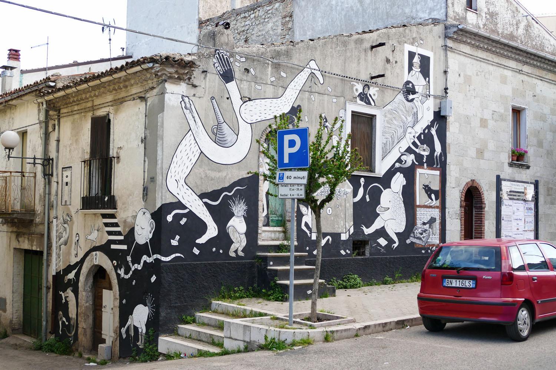 Street Art a Santa Croce di Magliano: La fine dell'avaro di Guerrilla Spam